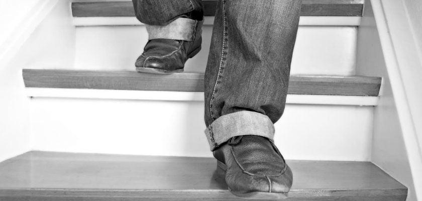 Sonhar descendo escada o que significa
