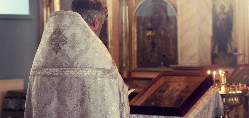 Sonhar com igreja e padre