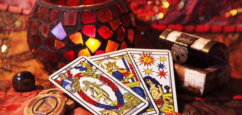 Sonhar que está jogando cartas do tarot