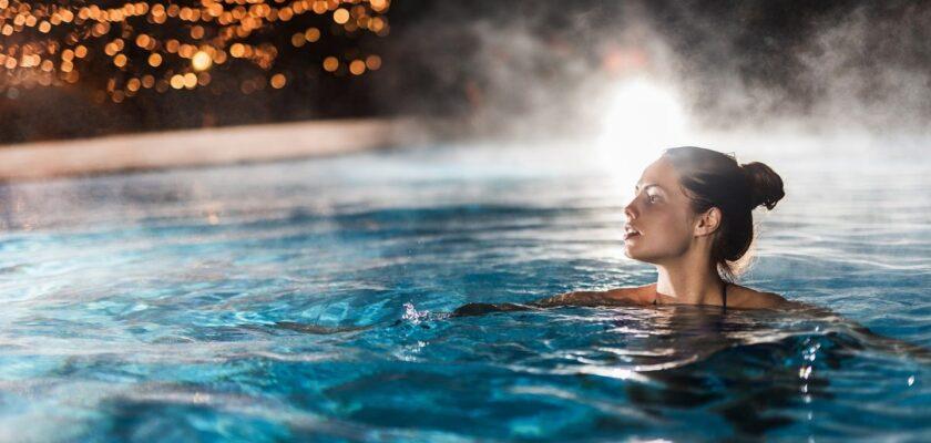 Sonhar com nadar em piscina